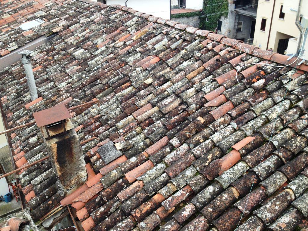 Vecchio Materiale Da Copertura infiltrazioni d'acqua dal tetto inclinato - risanedil